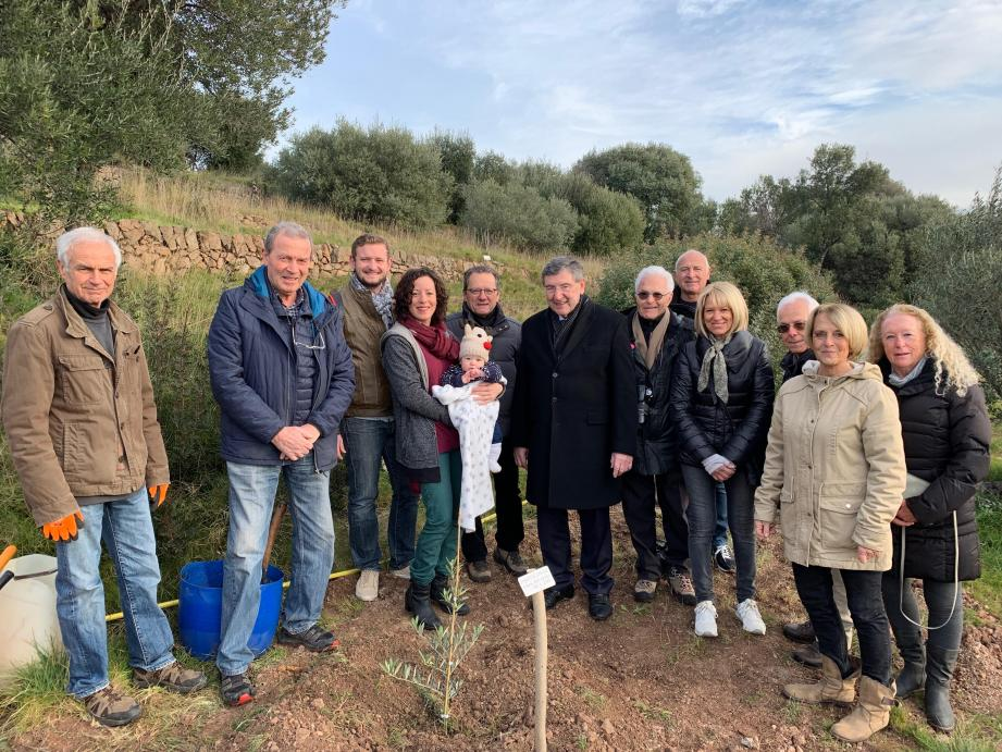 Une photo de groupe à l'occasion de la plantation des bébés olivier le 19 janvier en présence du maire Robert Beneventi et du président des Amis de l'Olivier Alain Arditi.