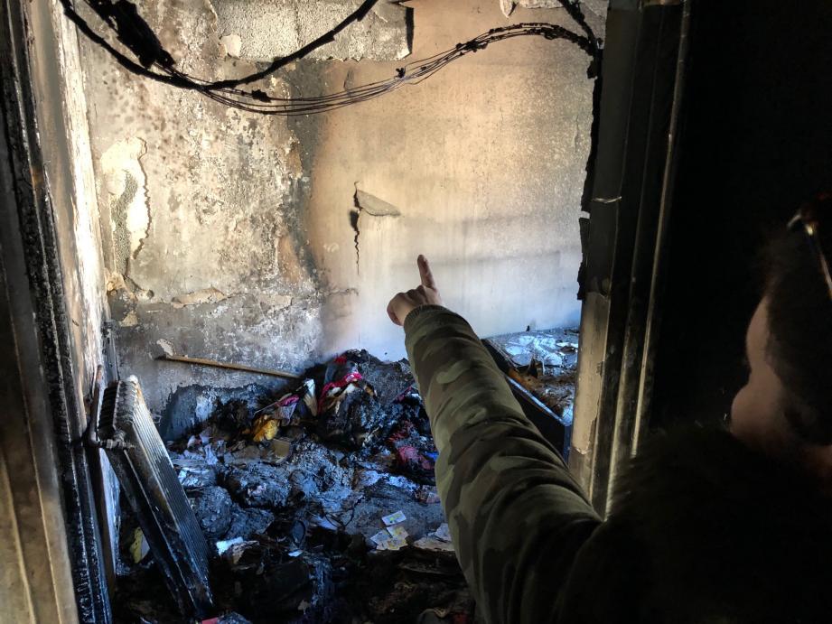 Entre les dégâts causés par l'incendie, la suie qui s'est inflitrée partout et l'eau utilisée par les pompiers, il ne reste plus grand chose à récupérer dans l'appartement d'Isabelle.