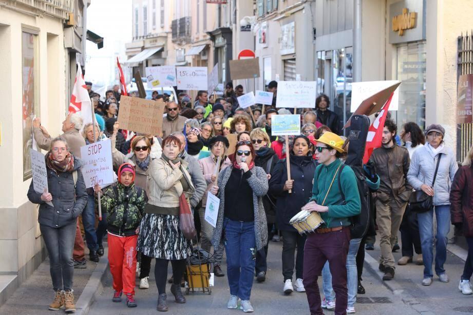 Les militants ont convergé jusqu'à l'hôtel de ville d'Antibes dans l'après-midi.