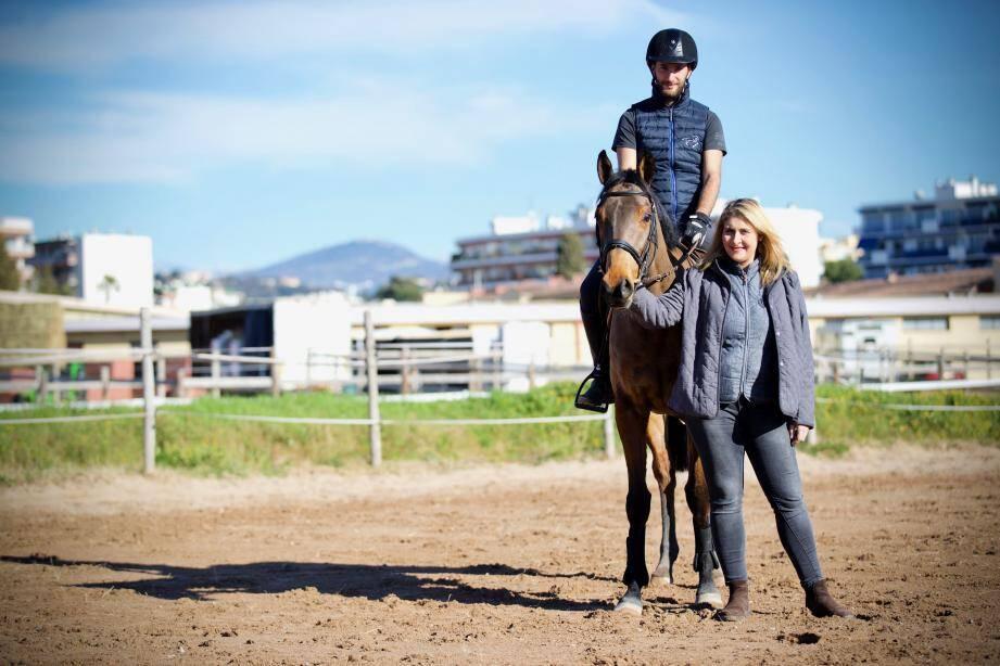 Ludyvine fait régulièrement appel à des moniteurs comme Yann, du club hippique de Grasse, pour monter ses chevaux réformés de course.