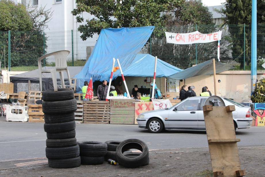 Le campement des manifestants est toujours installé au rond-point de Provence, à l'entrée de l'A8 à Antibes.