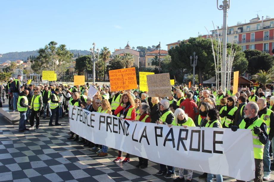 Les manifestants sur la place Masséna à Nice, ce samedi matin.