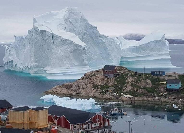 Le 13 juillet 2018, l'iceberg approche du village de Innarsuit, une petite île au nord-ouest du Groenland.