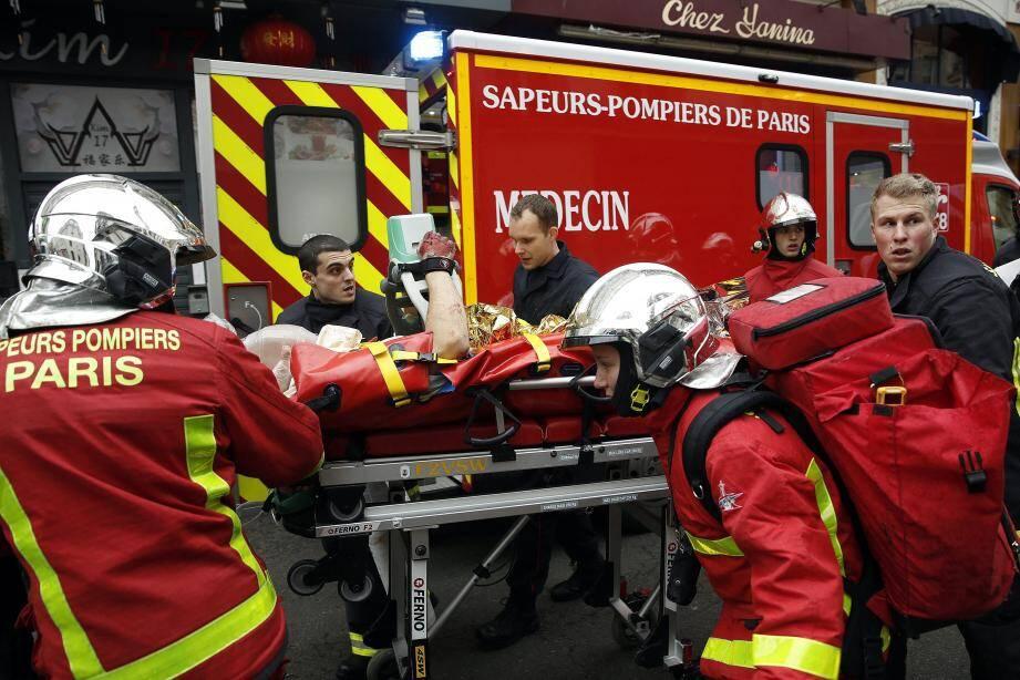 Deux sapeurs-pompiers sont morts et dix personnes ont été grièvement blessées samedi à Paris dans l'explosion accidentelle due au gaz dans un immeuble à Paris.