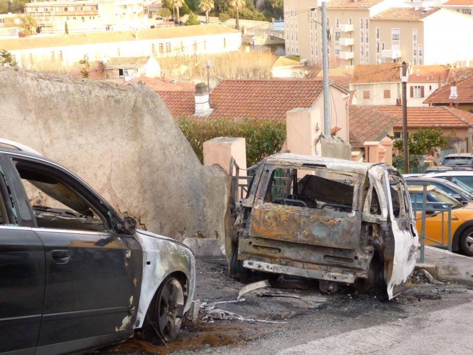 Cinq voitures, un scooter et plusieurs poubelles ont en effet été incendiés dans ce secteur où la ville n'a pas la possibilité d'installer des caméras de surveillance.