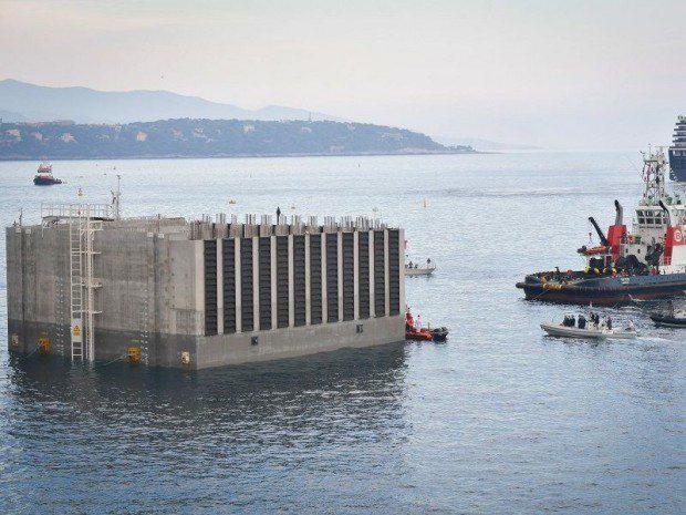 L'un des caissons géants qui seront remplis avec des graviers issus du Revest et transportés à Monaco via le port de La Seyne.