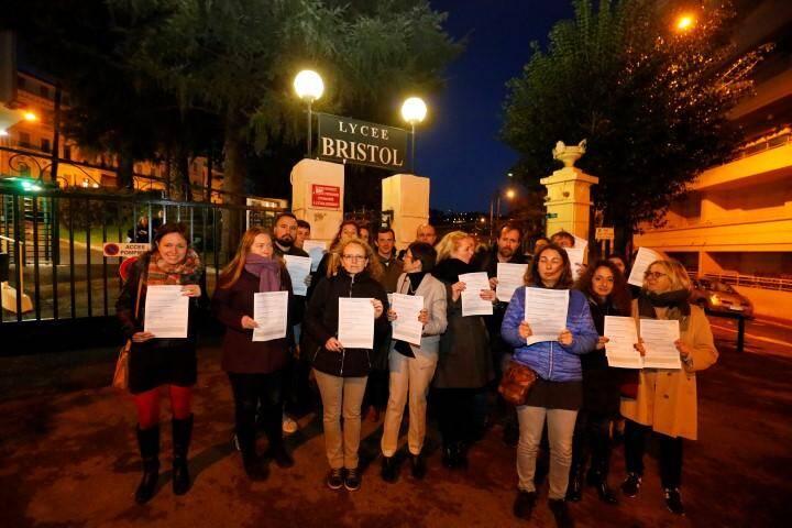 Jeudi soir, les professeurs se sont réunis devant l'établissement juste avant la réunion plénière.