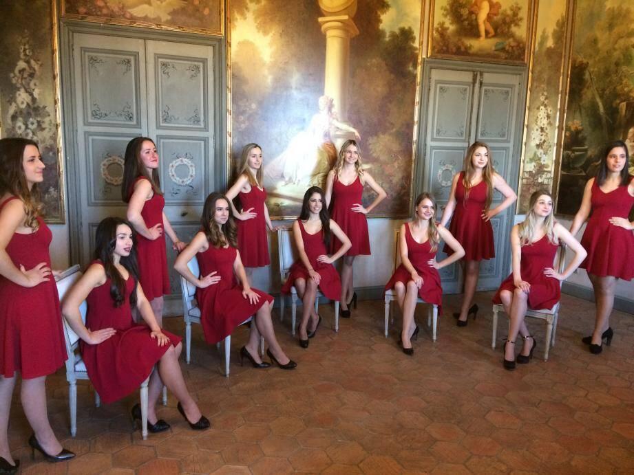 Réunies samedi à la Villa Fragonard, toutes vétues d'une robe grenat et de hauts talons, les onze candidates présentes (une était absente) se sont prêtées au jeu de la photo avant de rencontrer le maire Jérôme Viaud autour d'une galette des rois.