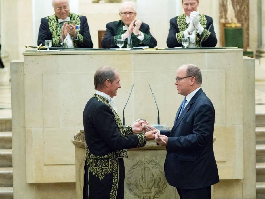 Le prince Albert II a remis, au cours de la cérémonie, l'épée d'académicien à son compatriote.