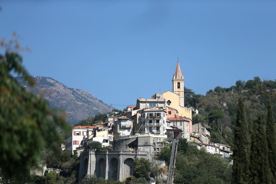 Vue du village de Contes.