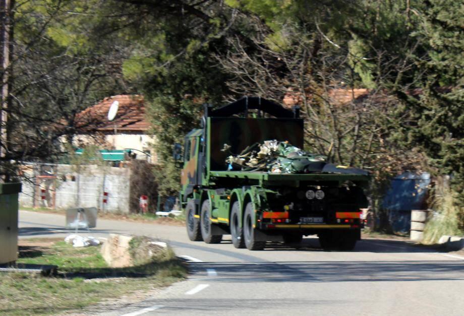 Évacuation de l'épave d'un des deux hélicoptères de l'armée sur la route de Vins-sur-Caramy.