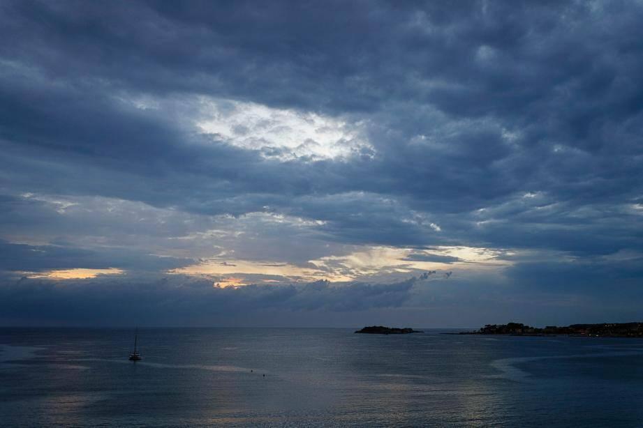 De lourds nuages sur la Baie de Bandol depuis le Lido.