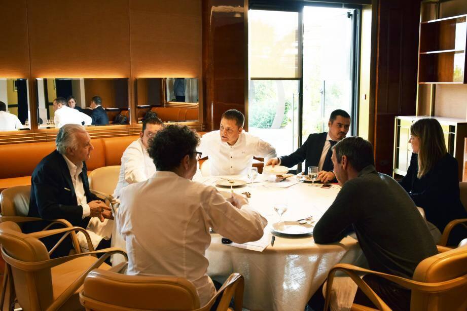 Avec son équipe la plus proche, notamment ici le chef de cuisine Patrick Laine (au centre), Alain Ducasse décide.