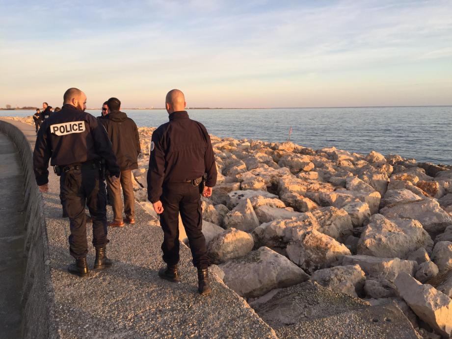 Le corps a été découvert coincé dans les rochers du quai situé en face de la capitainerie.