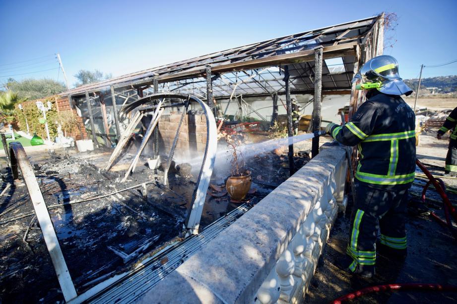 Une serre et les abords d'une villa laurentine partent en fumée