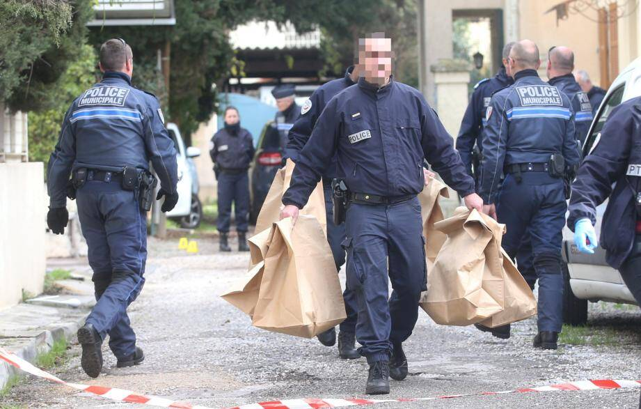 Polices nationale et municipale se sont affairés toute la matinée sur la scène du drame.