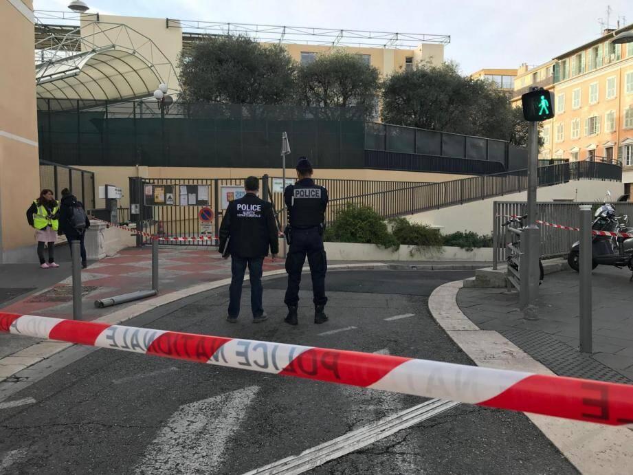 Les forces de l'ordre devant l'école Nikaïa ce jeudi matin à Nice.