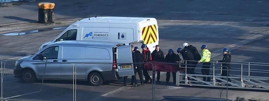 Le corps d'Emiliano Sala est débarqué à terre, le 7 février 2019 à Weymouth (Royaume-Uni).