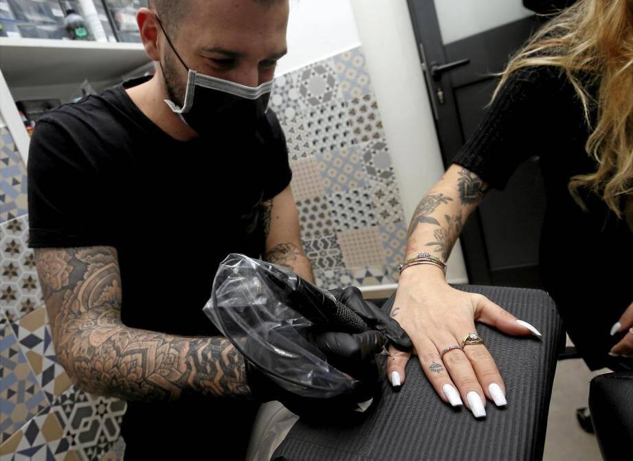 Jeunes ou moins jeunes, ils sont nombreux s'être fait tatouer pour l'occasion.