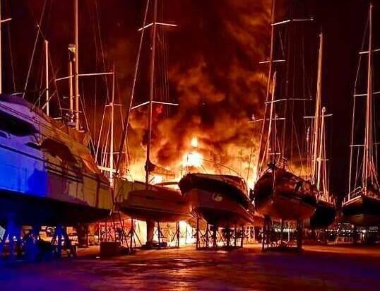 Des flammes de cinq mètres se sont élevées au dessus des bateaux. Une intervention très délicate pour les pompiers.