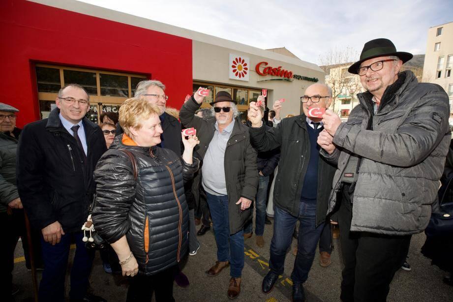 Devant le supermarché, les Carrossois brandissent leurs cartes de fidélité Casino...comme une carte de militant.