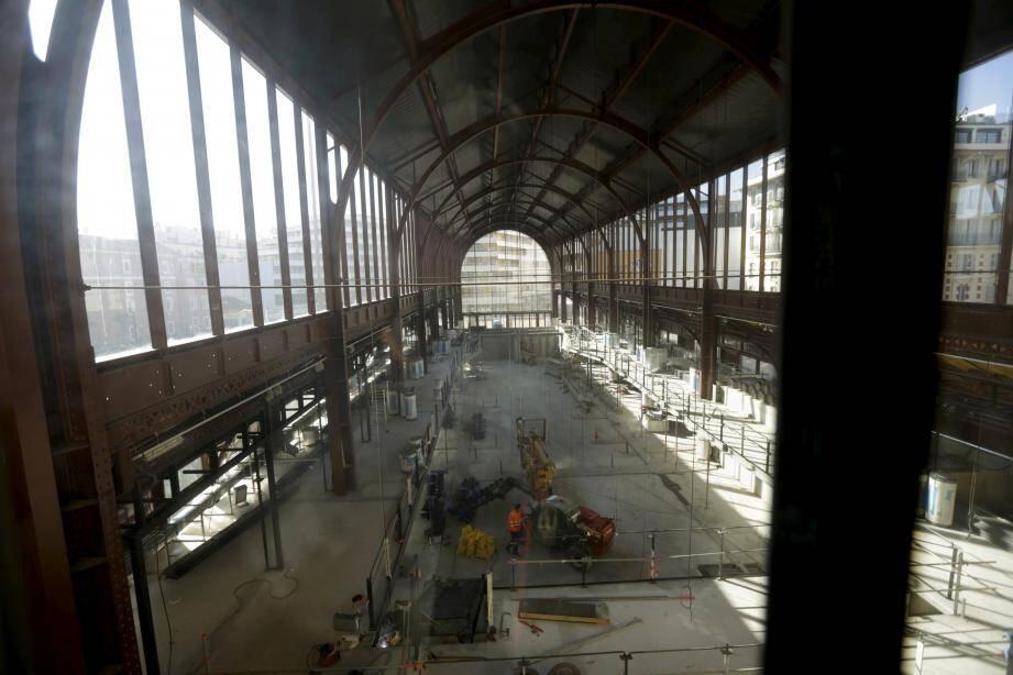 Dans la halle, les travaux vont désormais bon train en gare du Sud.
