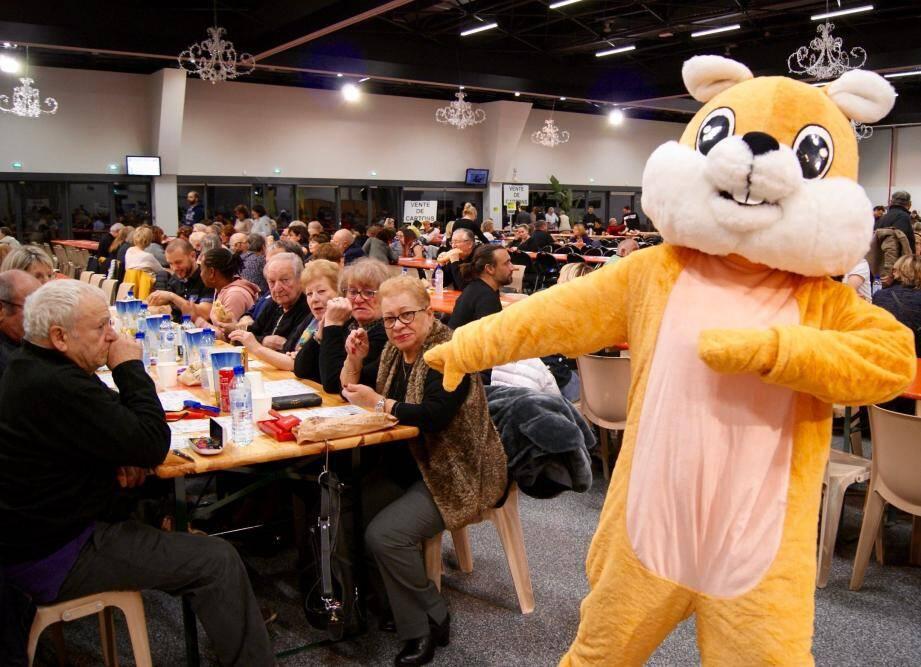 La mascotte de Génération Junior accueillait les participants du Loto du cœur en début de soirée.