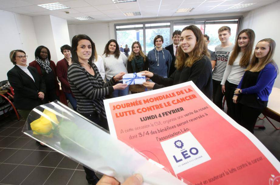Jade Lebault, vice-présidente du Conseil des délégués pour la vie lycéenne, a remis hier une enveloppe contenant 500€ à Delphine Chanoyan, président de l'association caritative Léo.