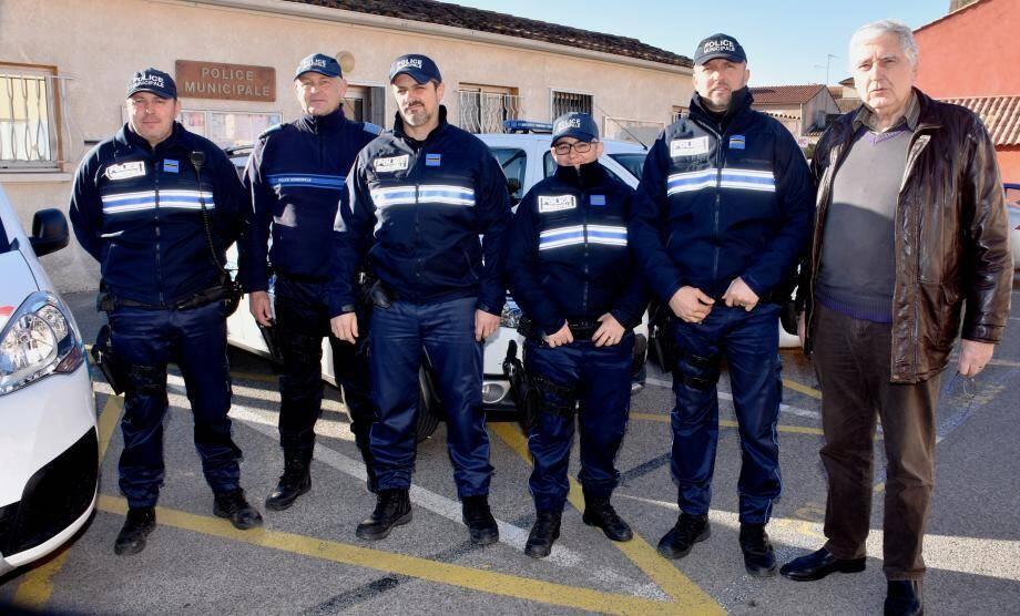 David Thimel (au centre) et son équipe, en compagnie de Prix Pierrat, l'adjoint à la sécurité  (à droite).