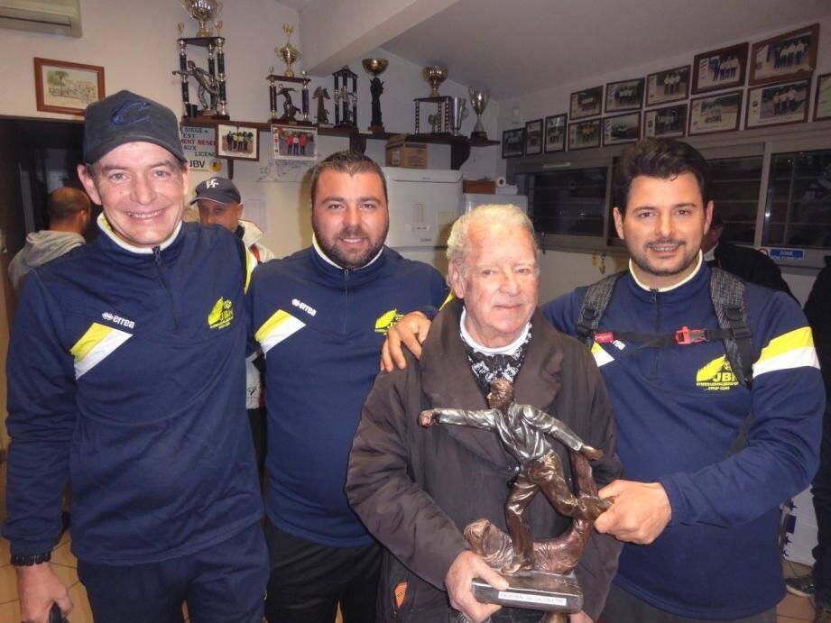 Yohann Ségui, Mickaël Martini et Cédric Girard, triplette des « Joyeux boulomane hyérois » (en bleu) sont sortis vainqueur 13 à 8 en finale, face à Rachid Mehtar, Joseph Denis et Philippe Rouze, licenciés du club de Ste-Tulle/Mouans-Sartoux.