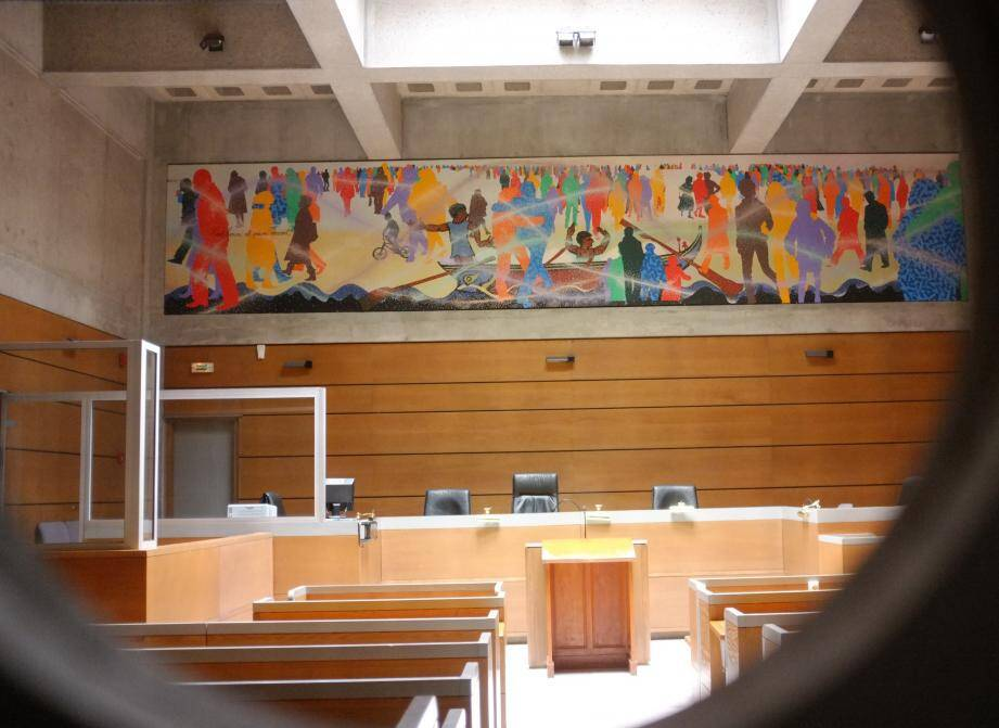 Le tribunal a décidé deux ans d'interdiction professionnelle pour les policiers.