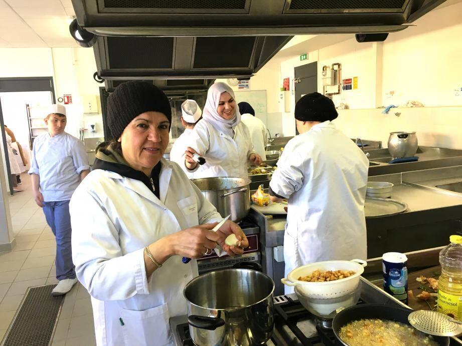 Aux fourneaux de la cuisine du collège de la Marquisanne, les dix-huit mamans ont épaté les élèves en classe de troisième Segpa, admiratifs de tant de talents.