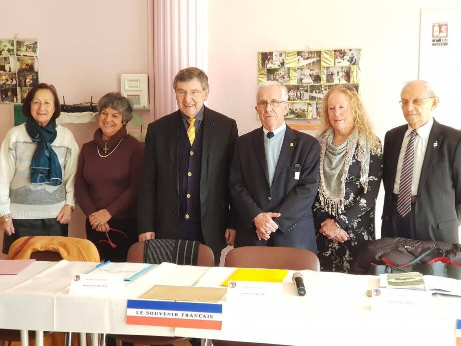 Les membres du bureau et le maire (3e en partant de la gauche).