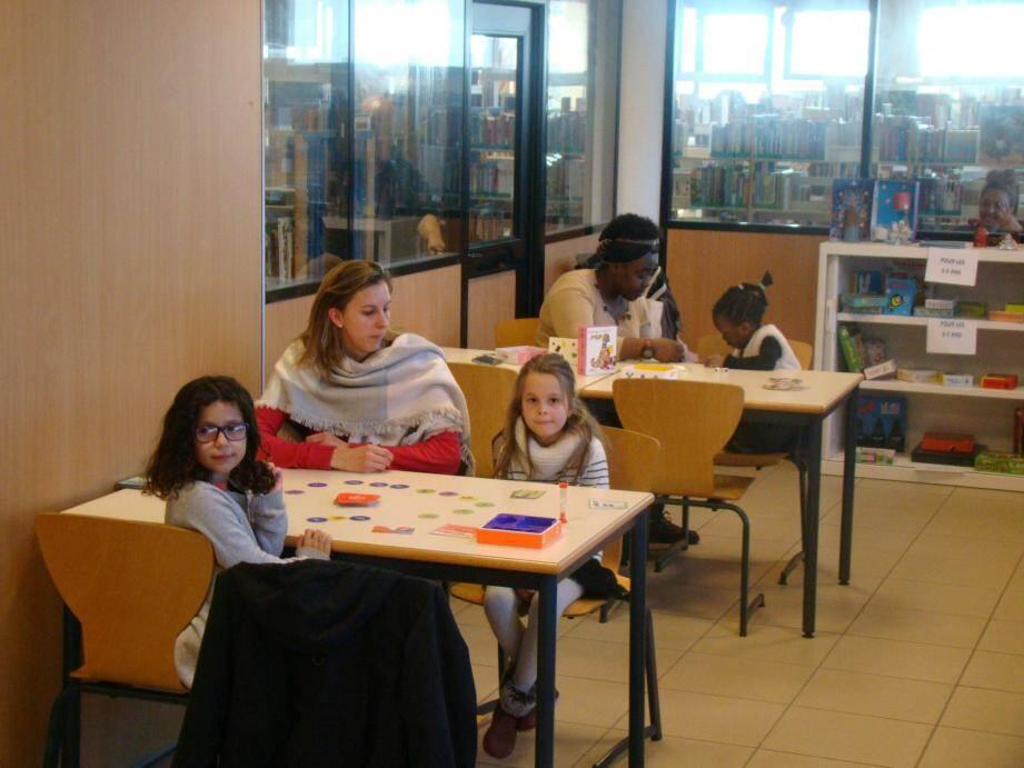 L'atelier Jouons Z'ensemble se tient un mercredi tous les deux mois dans la salle de travail de la section jeunesse de la médiathèque Louis-Aragon.