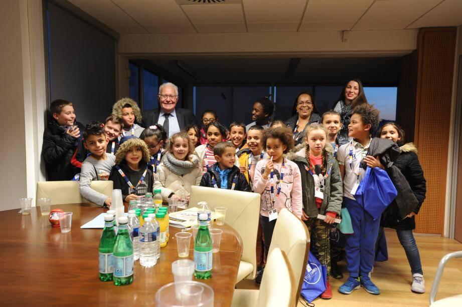 Les élèves du contrat local d'accompagnement scolaire de Saint Exupéry ont présenté leur poème au maire.