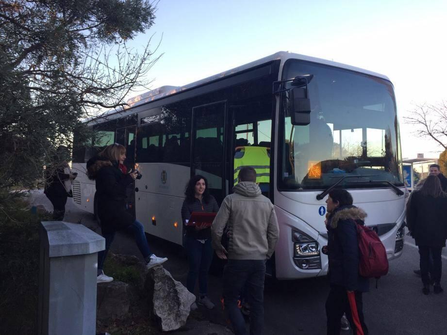 Les parents, tout à la fois heureux et inquiets de voir leurs enfants partir, les ont accompagnés jusqu'à la porte du bus...