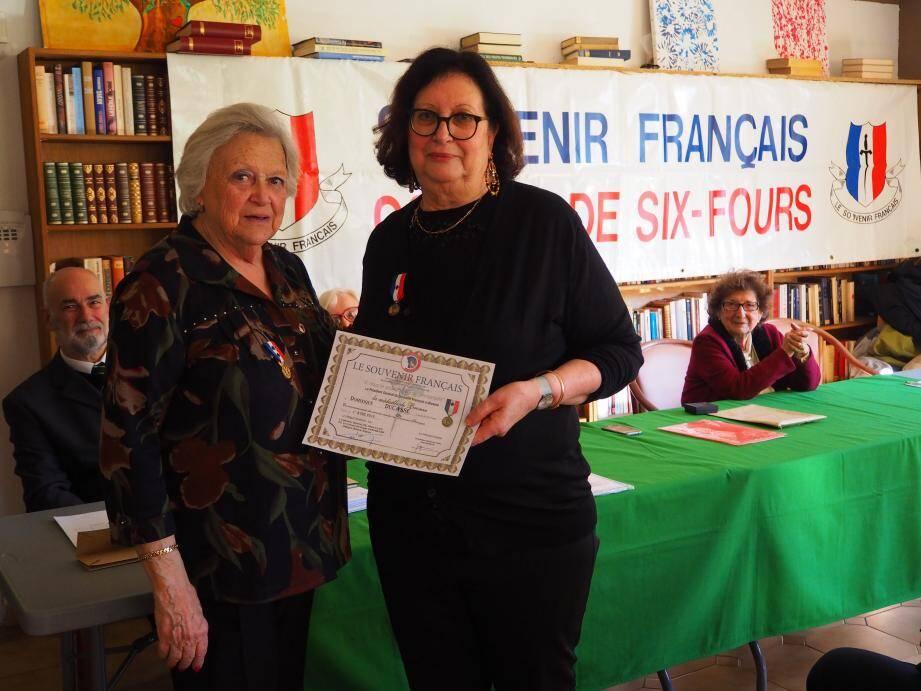 Arlette Boyer, représentante de la délégation générale du Souvenir Français, a remis la médaille de bronze à Dominique Ducasse pour ses années de présidence.