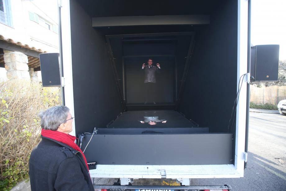 Une animation du chef de la France Insoumise est projetée au fond d'un camion.