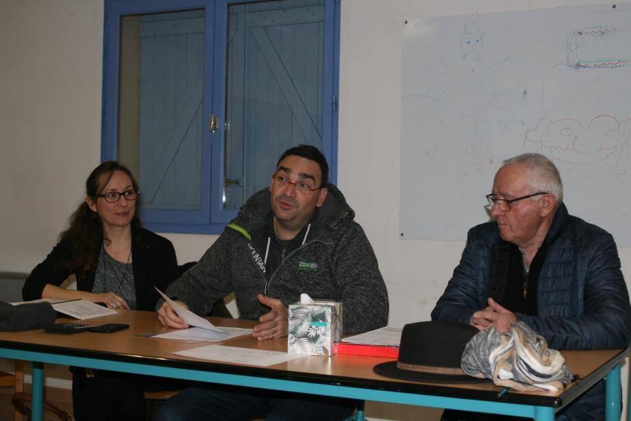 Le directeur de l'école au centre, la présidente à gauche et l'adjoint au maire à droite.