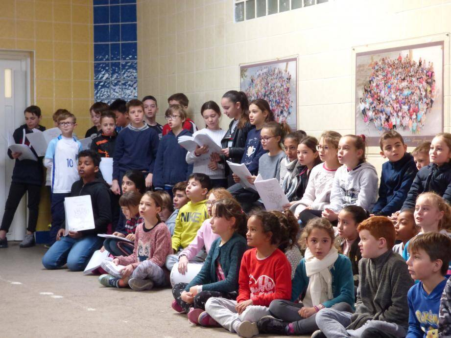 Les élèves qui participent au projet « chorale » de l'école ont repris en chœur le refrain de la chanson des Restos du cœur.