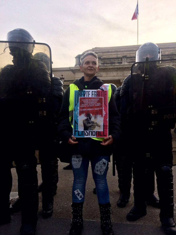 Entre le palais de justice et le commissariat. « Là vous êtes humain, accessible », dit une manifestante à un policier qui a relevé sa visière.