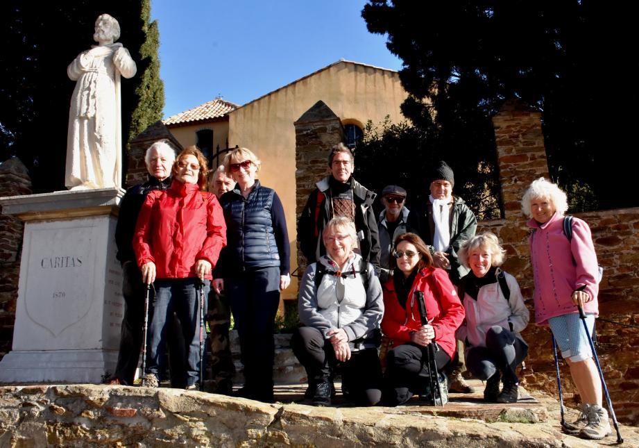 Le départ de la randonnée depuis l'église Saint-François, au village de Bormes.