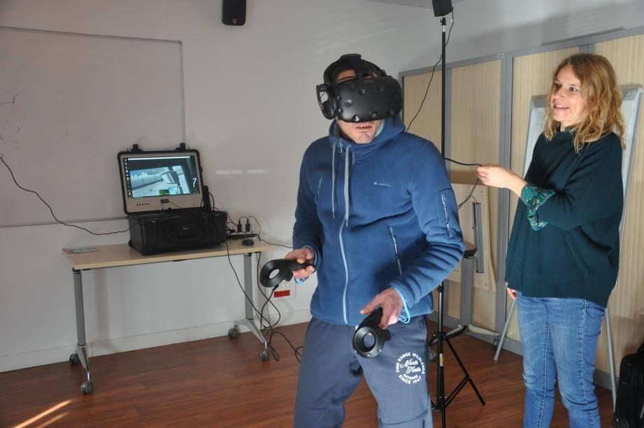 Frédéric, Seynois de 45 ans en recherche d'emploi depuis deux ans, a testé le métier de cariste au casque virtuel.