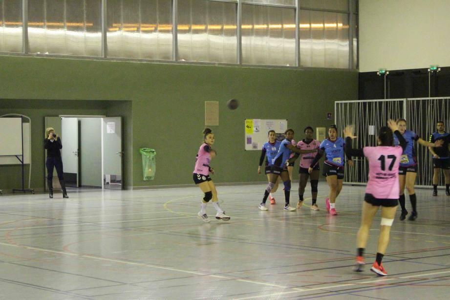 Le handball des Collines était tout simplement insurmontable, samedi soir.