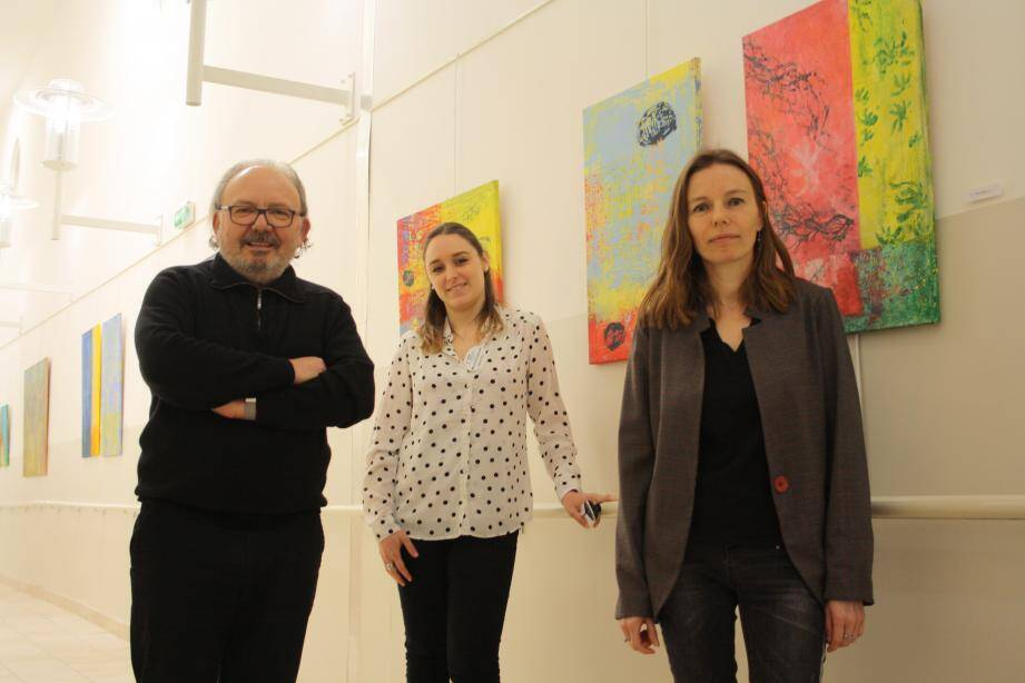 Gérard Esquerre de l'artothèque, Mélanie La Spesa (au centre) directrice des Cayrons et Delphine Rault l'artiste.