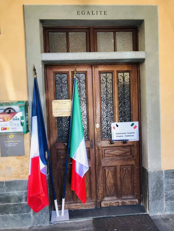 À gauche, les couleurs transalpines mises au côté du drapeau tricolore à La Brigue. À droite, le drapeau italien hissé sur le fronton de la mairie de Breil-sur-Roya.