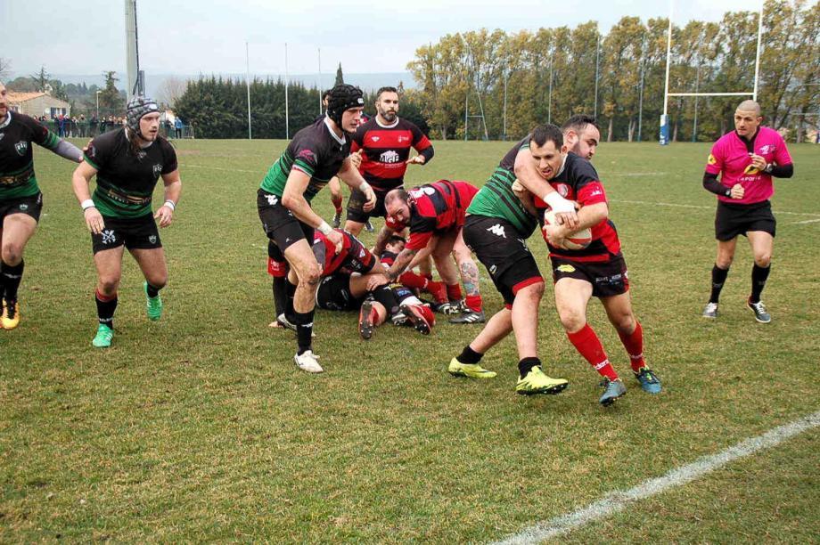 Les Beaussetans (en rouge) ont été constamment pris dans la nasse des Toulonnais.