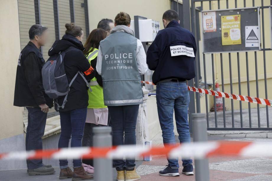 Les enquêteurs aux portes de l'école Nikaïa, jeudi matin.