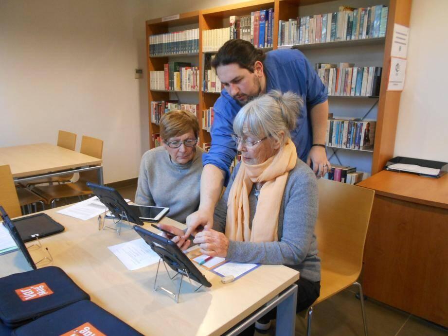 Hier encore, Johann s'est chargé d'initier les volontaires à l'utilisation des tablettes numérique. Et la formation est, pour le moins, très efficace !