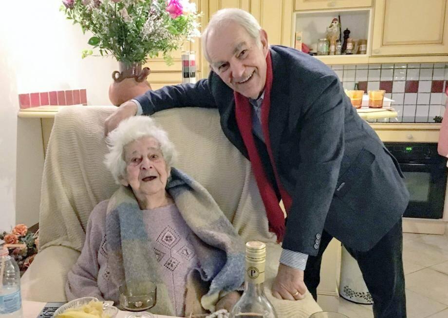 Suzanne Gaillard en compagnie du maire, Raymond Cazaubon.